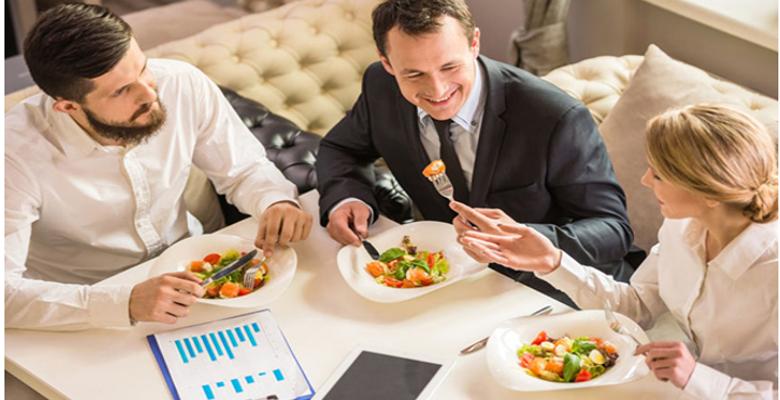La livraison de plateaux de repas, la solution pour manger sainement au bureau